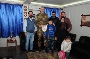 Il generale Cillo insieme al bambino che sarà ricoverato in Italia ed alla sua famiglia.