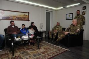 Il generale Cillo incontra la famiglia e il bambino che sarà ricoverato in Italia