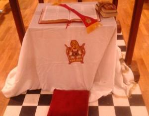 L'altare con sopra la Bibbia considerata il libro della Legge Sacra