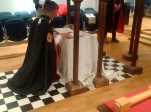 Un giovane DeMolay chiude la Bibbia dopo la cerimonia di installazione