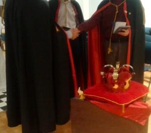 Una stretta di mano durante la cerimonia