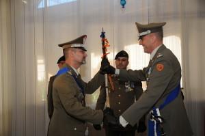Da sin. - Il generale Parmiggiani riceve l'insegna di comando dal generale Cillo